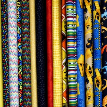 Tkaniny bawełniane vs poliester - twój wybór ma znaczenie.